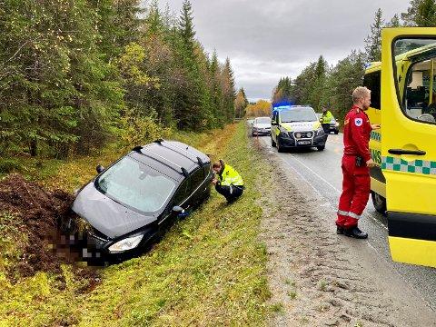 I grøfta: En personbil, med to personer ombord, havnet i grøfta på Skagemyra etter ei utforkjøring onsdag formiddag.