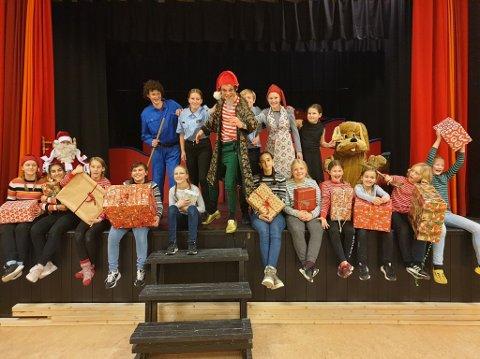 KLAR FOR MUSIKAL: Aktørene i Grong teaterlag ser fram til å vise fram julemusikalen «Jakten på Juleskurken» på Nordtun førstkommende torsdag. Musikalen settes opp fire ganger og har allerede snart solgt ut samtlige 200 billetter.