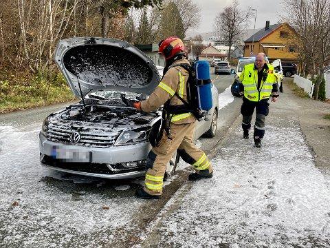 RØYKUTVIKLING: En bilfører fikk bistand fra brannvesenet i Namsos da det begynte å ryke fra motorrommet torsdag ettermiddag.