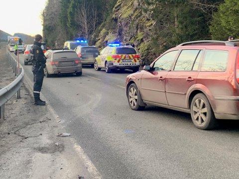TRAFIKKUHELL: En personbil var involvert i et trafikkuhell ved Meosen bru i Overhalla fredag formiddag. Det ble en del kø på stedet like  etter uhellet.