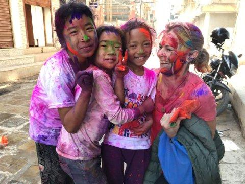 FARGEFESTIVAL: Nepal er også kjent som «Festivalenes land», der nesten alt og alle er gjenstand for en feiring. Her er Line sammen med lokale barn under en tidligere fargefestival. Slike feiringer og festivaler ble forbudt da koronaen rammet i 2020.