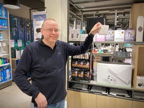AIRPODS OG AIRFRYERE: Thomas Edvardsen på Elon i Rørvik vet at mange får airpods i år. – Airfryere er kanskje vinneren, men den gikk vi tom for allerede forrige uke.
