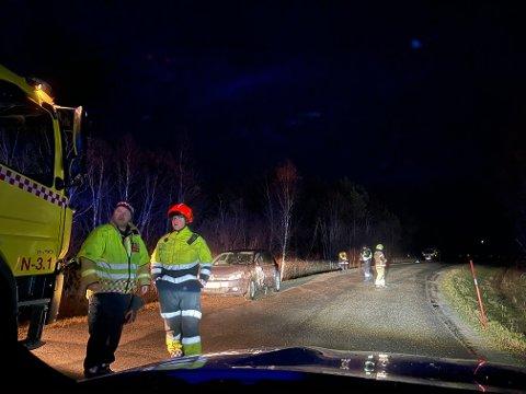 STENGTE ETT FELT: Brannvesenet måtte dirigere trafikken etter ulykka. Her er Rune Totland (til venstre) Jan Arne Løvås.