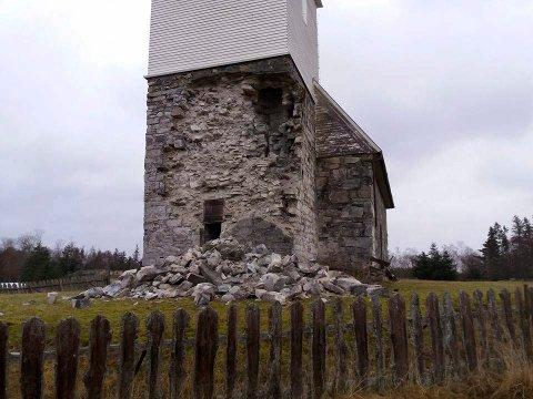 FÅR MIDLER: Fredag ble det klart at Riksantikvaren bevilger 900.000 til klimaskallsikring av Nærøya kirke. Bildet er tatt etter deler av tårnet raste i 2016.