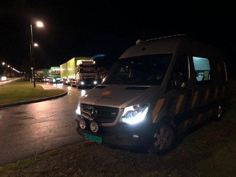 KONTROLL: Totalt 28 kjøretøy ble stoppet av utekontrollen i Statens vegvesen i Harran natt til onsdag. Det resulterte i blant annet to anmeldelser, blant annet for mangelfull sikringav barn under kjøring.