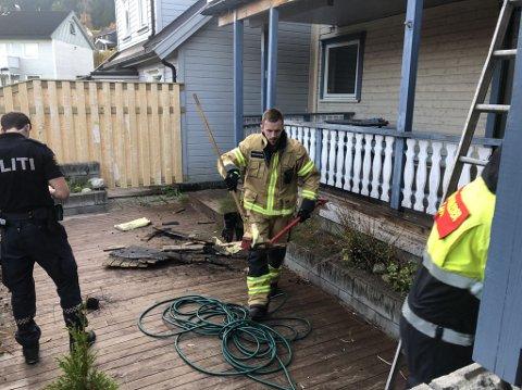 Brann på veranda: Da brannvesenet fikk melding om røyk og flammer fra en veranda i et hus i Namsos, rykket de ut med alt tilgjengelig mannskap.