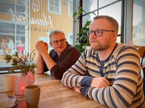 AVHENGER AV GENERASJONER: Frode Nergård (44) og Torvald Ulsund (44) anser seg selv å tilhøre den generasjonen som fikk forståelse for viktigheten av at det offentlige flagger på offisielle flaggdager.