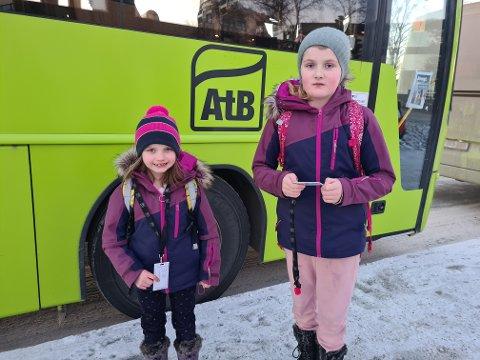 ENDRER PRAKSIS: Emilie Bull Skillingsås (6) og Vilde Huse Bull (10) syntes det var ekkelt at det sto uniformerte vakter med sorte munnbind for å sjekke om de hadde busskort da de skulle heim fra skolen.