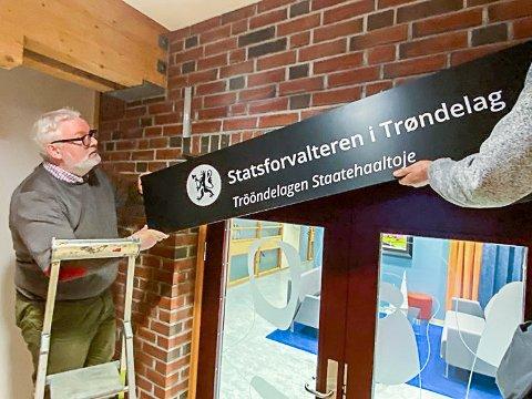 NAVNEBYTTE: Statsforvalter Frank Jenssen hjalp til da skiltene til Statsforvalteren i Trøndelag ble hengt opp utenfor lokalene i Statens Hus på Steinkjer.