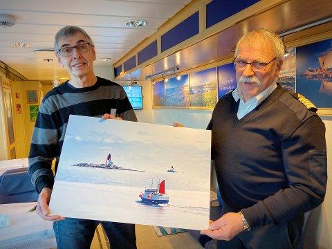 NYE BILDER PÅ PLASS: Ferja «Olav Duun» har endelig fått nye bilder på plass i salongene. Fotograf Steinar Johansen er glad for å tilby nye bilder til kaptein Ernst Roy Sæternes.