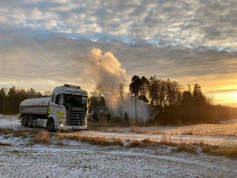 Røykutvikling: Det ble kraftig røykutvikling da en bod begynte å brenne i Rørvik.