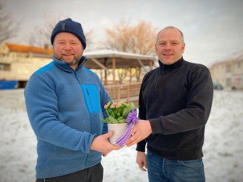IMPONERT OVER GIVERVILJEN: Styreleder Knut Åge Rauø og nestleder Ståle Valø i Rørvik Vel takker for Ukas blomst fra NA på vegne av alle som har bidratt økonomisk i Velparken-prosjektet.
