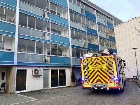 FALSK ALARM: Brannvesenet rykket ut på automatisk brannalarm ved Seniorhuset. Det viste seg å være falsk alarm.