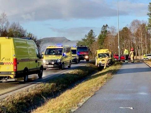 SAMMENSTØT: Ambulanse under utrykning krasjet med en personbil på Kolvereid mandag.