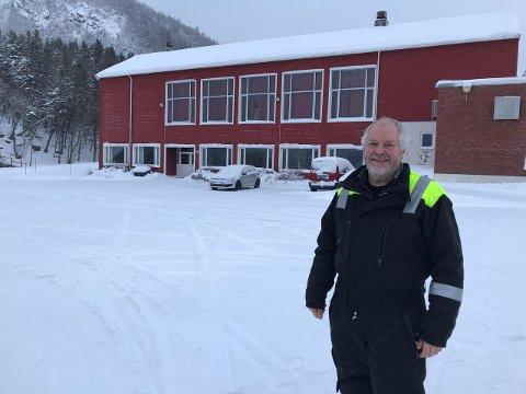 VIL BEVARE: Frode Bjøru leier lokaler av kommunen i Jøa samfunnshus. Nå er bygget fra 1967 foreslått revet, noe driveren av Seglloftet AS vil prøve å avverge. – Det er behov for næringslokaler på Jøa, mener Bjøru.