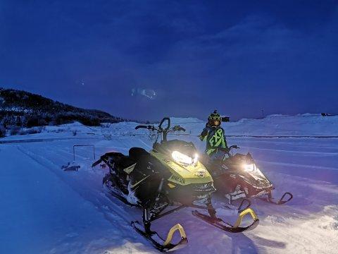 TESTKJØRER: Fillip (7) og pappa Marius Paulsen tråkket og testkjørte banen i Raabakken torsdag, og håper mange tar turen til motorstadion for å kjøre snøskuter lørdag.