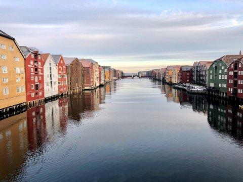 HOLD DEG UNNA: Inntil smittesituasjonen i forhold til det muterte viruset er under kontroll, bes namdalingene om å ikke reise til Trondheim. Her fra Bryggerekka ved Nidelva.