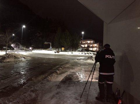 Laserkontroll: Her måler Roger Skjærvik i UP farta på bilene som kommer i Vikatunnelen i Namsos onsdag kveld.