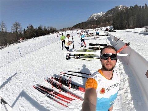 PÅSKESTEMNING: Testing av ski i nærmere 20 varmegrader må nesten betegnes som en drømmejobb for Even Kvemo (30), selv om den løse snøen gir utfordringer for det norske smøreteamet i VM.