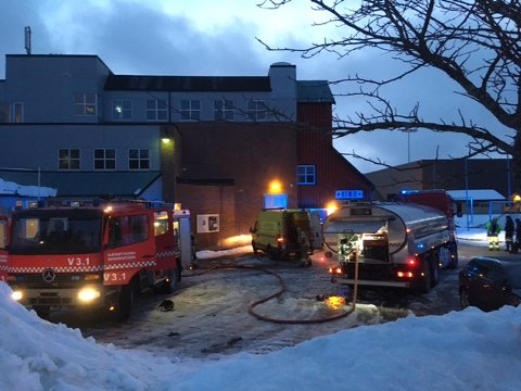 RYKKET UT: Alle nødetatene rykket ut til rådhuset i Kolvereid da det oppsto røykutvikling i kveld.