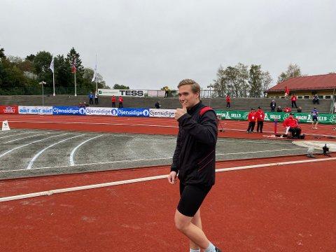 TOMMEL OPP: Stig Ove Dahlen Selnes hoppet 3,27 i stille lengde -  lengst i Norge i år.