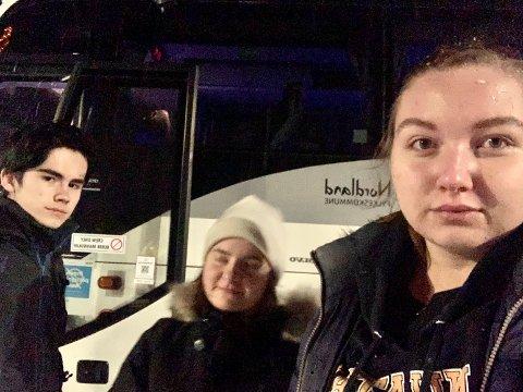 BLE IKKE SOM PLANLAGT: Aron Sætervik Fredriksen (16), Johanne Lislien (16) og Kaja Vikan (16) fikk en lengre tur heim fra Namsos til Bindal og Holm enn planlagt fredag kveld.