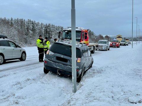 ULYKKE: En bil kjørte utfor vegen på fylkesveg 17 ved flyplassen i Namsos fredag morgen.