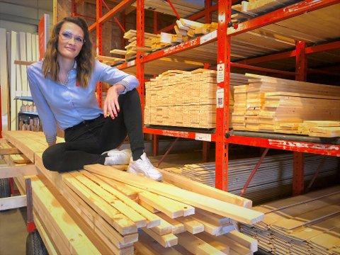 TRAFF PLANKEN I KORONATIDA: Butikksjef Elisabeth Løvhaugen hos Byggmakker Namsos forteller om en eventyrlig handel det siste året.
