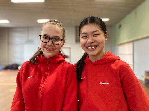 ENGASJERT UNGDOM: Astrid Strand (til venstre) og Trine Li Ofstad har begge vært aktive innen turnsporten på Rørvik helt siden de var i barnehagealder. Nå er imidlertid egne idrettskarrierer lagt på hylla til fordel for trenerrollen. Et valg de trives godt med.