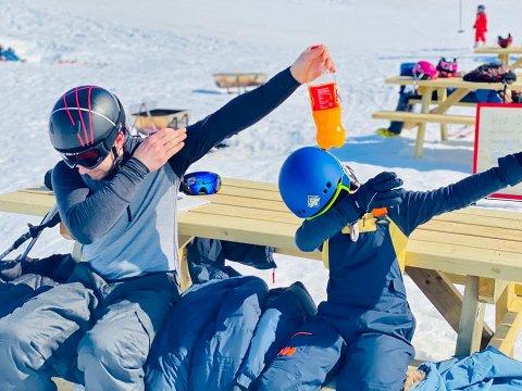 – Siste helg i alpinbakken i år for Lucas (9) og onkel Karl-Ove, skriver Andrea Nogva.