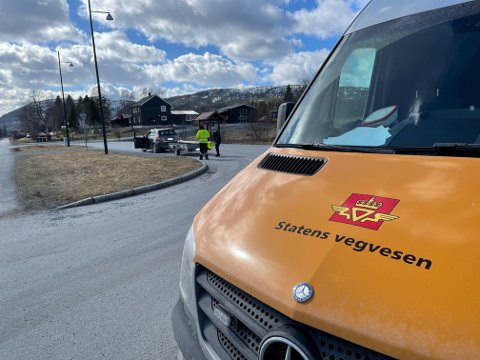 KONTROLL: Tre bilister fikk ikke fortsette ferden etter at de ble stanset i en kontroll av Statens vegvesen i Grong lørdag. En bedrift ble også anmeldt.