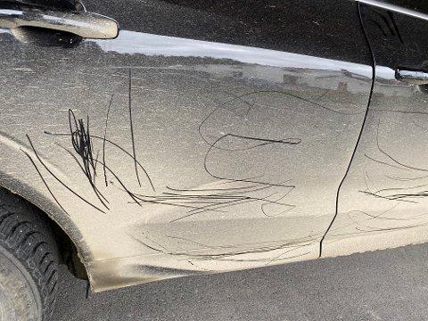 RIPET OPP: Mandag ettermiddag hadde Sigmund Kveli og Trine Fagerhaug besøk, og da de ble med besøket ut oppdaget de at noen hadde ripet opp bilen som sto parkert i carporten.