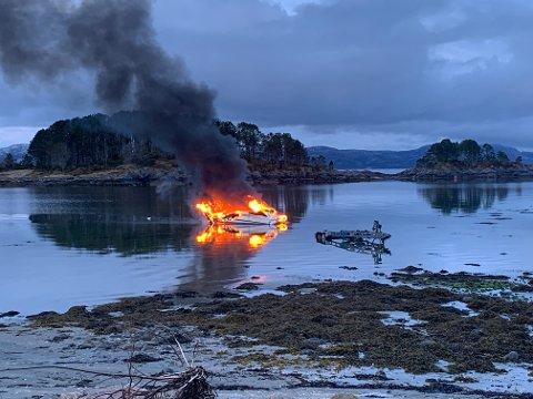 TOK FYR: Det begynte å brenne i denne båten i natt da en mann i 30-årene skulle utføre service.