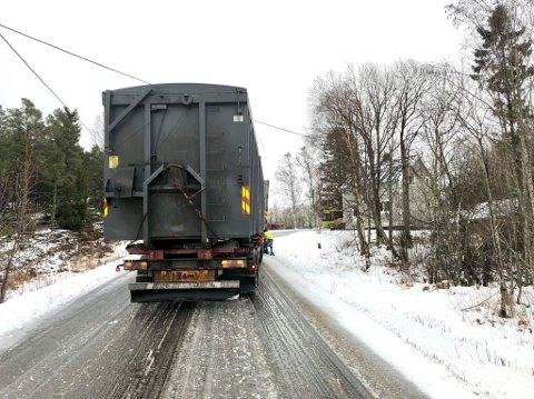 STENGTE VEGEN: Et vogntog fikk problemer på glatta på Sørsivegen i Namsos tirsdag morgen. I en halvtimes tid var det ikke mulig å passere på stedet.