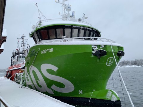 INSPISERES:  «Tor» blir nå undersøkt av personell fra AQS og leverandør Moen Marin. Det var ved totiden natt til torsdag at båten ankom havna.