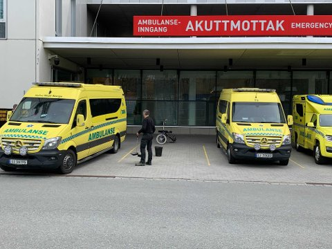 En ambulanse-rute ble knust som følge av lufttrykket fra et redningshelikopter onsdag.