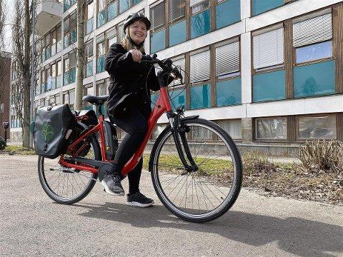 NY DONING: Her viser klimakoordinator Rebecca Engen Hoff fram en av kommunens splitter nye elsykler.