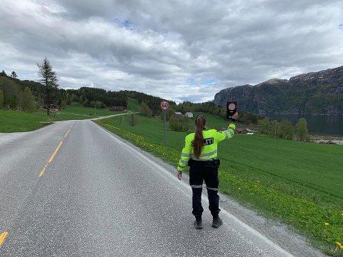 KONTROLL: 10 bil- og lastebilførere kjørte for fort da politiet i Namdalen fredag gjennomførte en hastighetskontroll i en 60-sone i Nærøysund kommune.  En mistet også førerkortet.