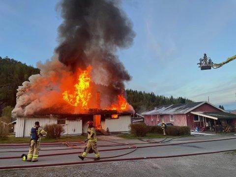 BRANN: En enebolig i Fossbrenna i Namsos er totalskadet etter at det brøt ut brann like etter klokka tre natt til lørdag.
