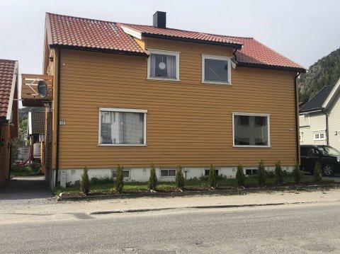 SOLGT: Strandvegen 12 A (høyre del av boligen) ble solgt denne uka.