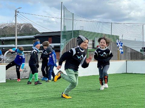 SCORINGSJUBEL: Otterøy-spillerne Svale Guldvik og Ivar Hagerup Øien (til høyre) jubler over scoring i knøtteoppgjøret mot Bangsund i bydelsserieåpninga mandag.