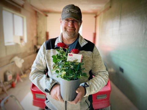«GAMMELHUND»: Trond Arne Sørø (55) har høstet mange godord for å hjelpe ungdom som trenger hjelp med både moped, bil, båt og annet opp gjennom årene. – Jeg opplevde selv å få hjelp da jeg mekket på ting da jeg var ung, og denne arven ønsker jeg å videreføre.