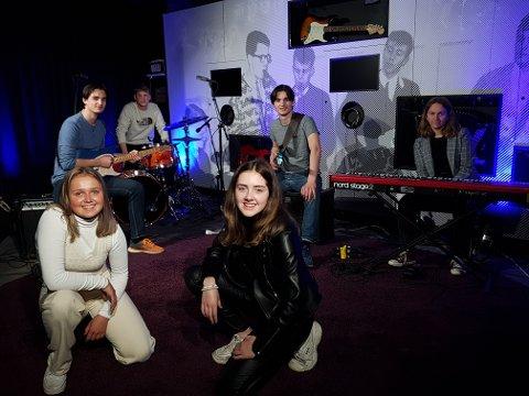 LOKALT HUSBAND: En digital versjon av UKMs regionfestival ble avholdt i helga med blant annet live musikkinnslag fra lokalt band. Fra venstre: Margrethe Heglum Homstad, Are Martinsen, Jakob Moen, Sigve Martinsen, Nora Dahle Hanssen og Zuzanna Zagrodzka.