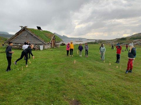 SOMMERFERIE: Også i år arrangerer Røde Kors og Frivilligsentralen i Namsos sommerferiehelg for barn og unge, og i år som i fjor skal de overnatte på Jernaldergården på Jøa.