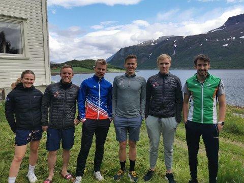I NYTT SELSKAP: Thomas Hjalmar Westgård skal nå trene sammen med landslaget til Island. Her er Westgård (til høyre) sammen med utøverne etter første økt tirsdag. Islandsk fremste utøver er Snorri Einarsson som er nummer to fra venstre. Isak Stiansson Pedersen går for Henning skilag, og står ved siden av Thomas på bildet.