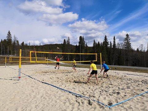 FINE BANER: Arrangør Lierne volleyball lover flotte forhold under helgas Trønder Tour i sandvolleyball, der 15 lag fra hele Trøndelag deltar.