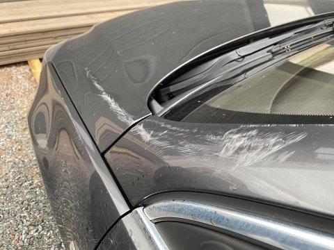FULL AV RIPER: Slik ser bilen til Tina Austnes ut. Hun tror bilen er blitt utsatt for hærværk tirsdag, mens hun var på butikken.