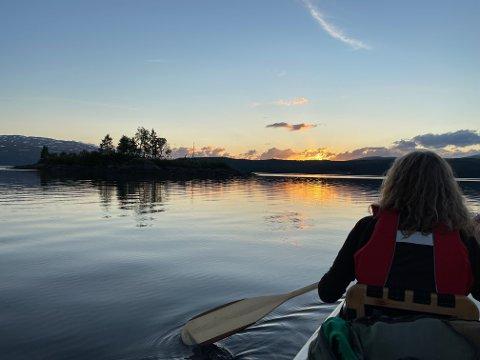 DRØMMEPADLING: Å padle på Namsvatnet når forholdene er som dette, er en fantastisk naturopplevelse som man vil huske resten av livet. Noen ganger klaffer jo bare alt! Men skulle forholdene bli mer rufsete, finnes det mange andre mindre vann og stilleflytende elver i Røyrvik kommune.