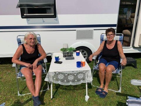 EN GOD NUMMER TO: I helgen er Wenche Opdal (til venstre) og Reidun Haugan (til høyre) på campingtur i Levanger. Venninnene var begge faste gjester på Aglen Camping, og sier savnet etter å være der er stort.