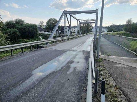 SYRELEKKASJE: Rundt 200 liter kofasil rant ut på Bjøra bru onsdag ettermiddag. Brannvesenet forteller at ingenting har havnet i elva.